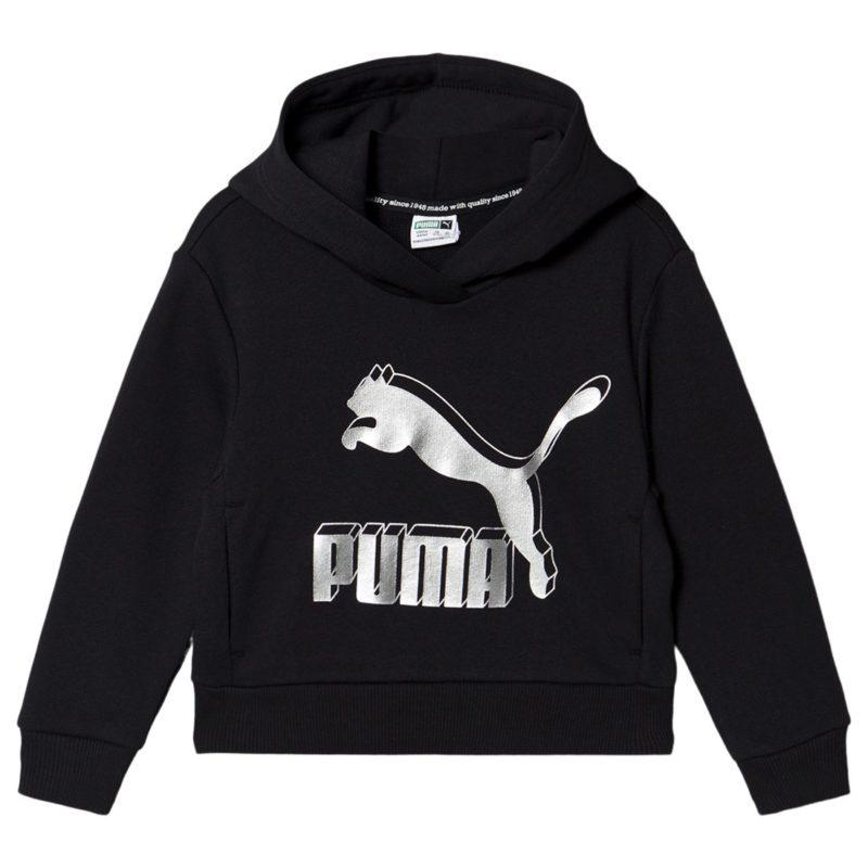 En svart tröja som har en fast luva med ett stort tryck på bröstet som motsvarar Pumas logo. Det finns uddar på nederkanten och vid ärmslutet av tröjan.