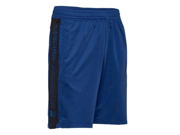 Under Armours träningsshorts som är blåa med en svart rand på sidorna. På ränderna står det Under Armour med blå text på.