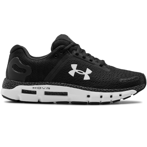 Träningsskor från märket Under Armour. Undersidan är vit och ovansidan är svart, samt att Under Armours logo finns tryckt på skorna.