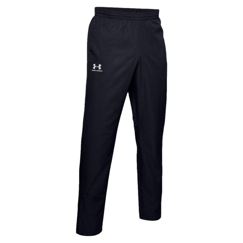 Under Armours slitstarka, lätta och lediga träningsbyxor. Byxorna är svarta och bilden visar byxornas framsida.