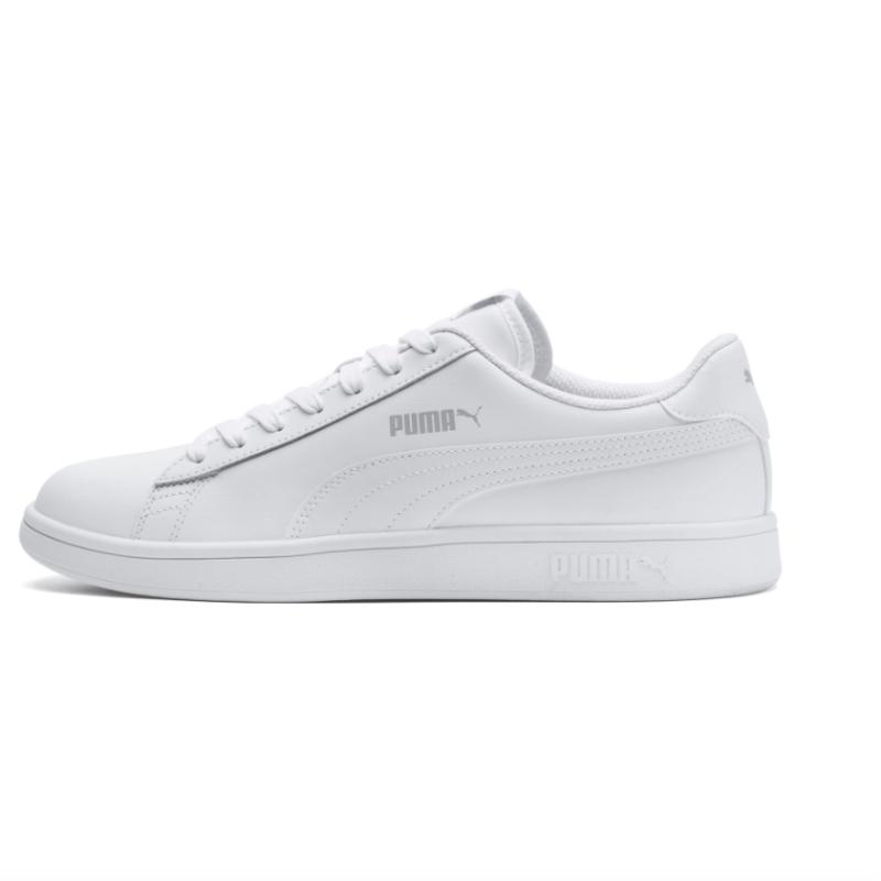En helvit sko med vita snören och ränder. Det finns en ljusgrå logo på sidan av skon. på bilden visas sko på sidan.