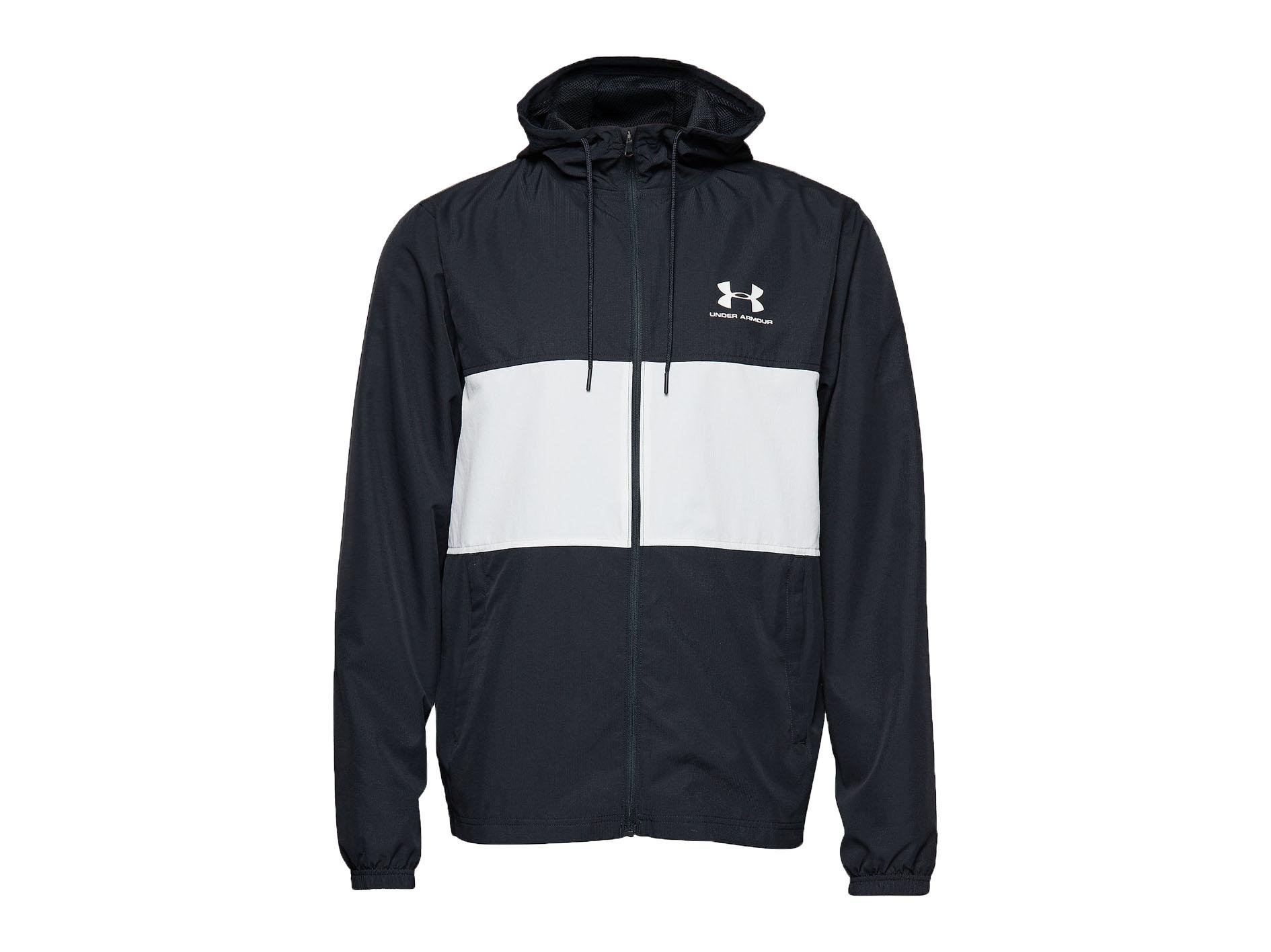 En sportig lättvikt jacka från Under Armour. Jackan är svart med ett vitt sträck i mitten av framsidan.