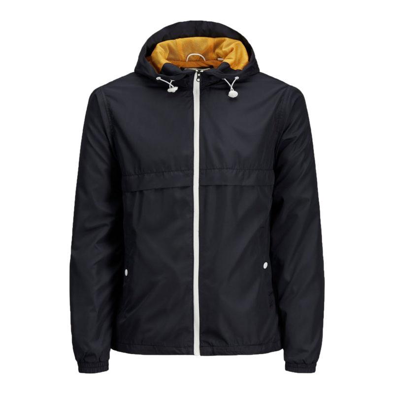 En mörkblå vindjacka från märket produkt. En bild på framsidan va jackan. I luvan finns det ett orange meshtyg och dragkedjan på jackan är vit.