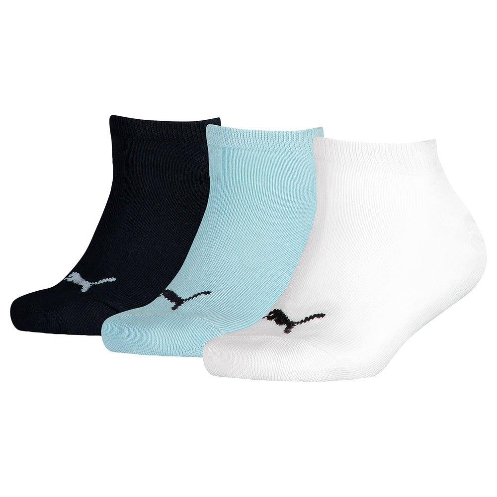 Strumpor från Puma till barn i 3pack. Strumporna har en puma logo i fram på strumpan. färgerna finns i svart, blå och vit.