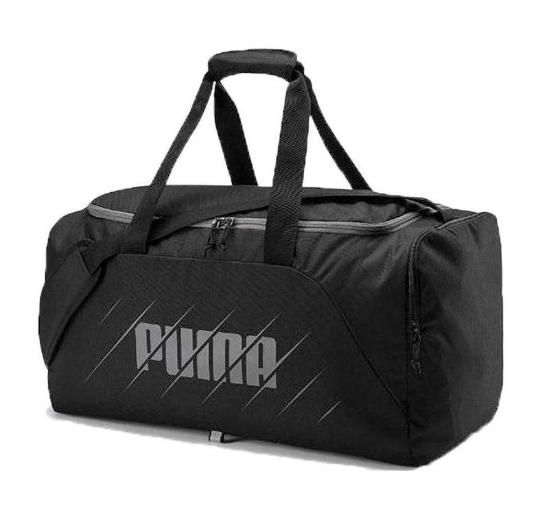 Svart träningsväska från Puma. Väskan har ett stort och rymligt huvudfack med blixtlås, samt ett lätt tillgängligt fack med sidolås. Väskan har även ett brett justerbar korsbandsrem.